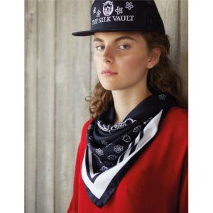 Amore-scarf-black-model
